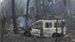 Dans la commune de Chandebrito, dans le nord de l'Espagne, deux personnes ont péri dans ce véhicule, pris au piège par l'incencie.