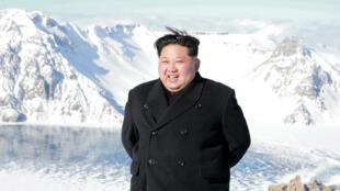 Le leader nord-coréen Kim Jong-un au Mont Paektu, point culminant de la Corée (photo non datée).