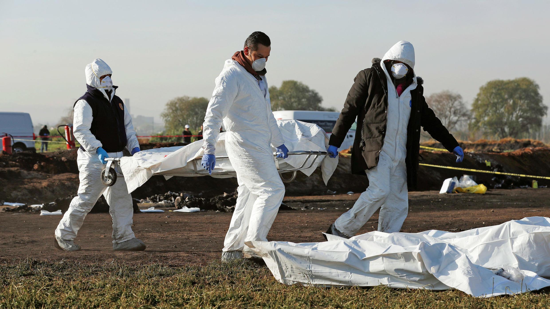 Técnicos forenses retiran un cuerpo del sitio donde explotó un ducto de combustible roto por presuntos ladrones de petróleo, en el municipio de Tlahuelilpan, estado de Hidalgo, México, 19 de enero de 2019.