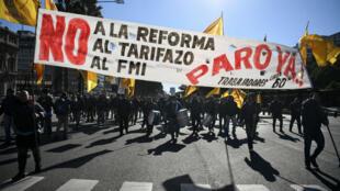 Les manifestants défilent le long de l'avenue du 9-Juillet de Buenos Aires, lundi 25 juin.