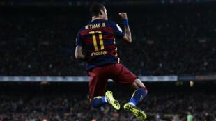 L'attaquant du FC Barcelone Neymar célèbre l'un de ses buts lors du match contre Rayo Vallecano, le 17 octobre 2015
