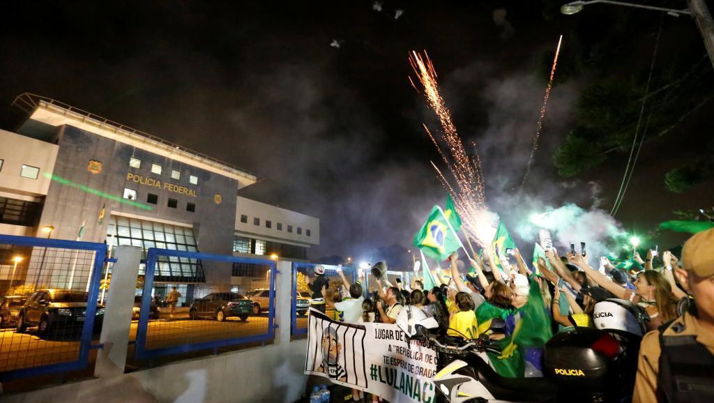 Partidarios de Lula protestando frente a la sede de la Policía Federal de Curitiba, el 7 de abril de 2018.