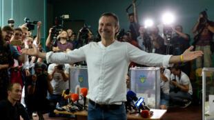 Sviatoslav Vakartchouk, dans un bureau de vote à Kiev, le 21juillet2019.