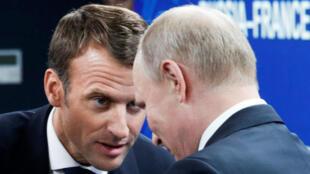 Vladimir Putin y Emmanuel Macron, en el Foro Económico Internacional de San Petersburgo, Rusia, 25 de mayo de 2018.