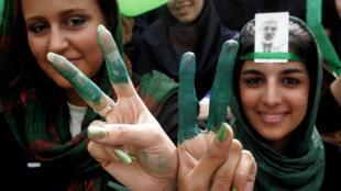 En esta foto de archivo tomada el 9 de junio de 2009 los partidarios del candidato presidencial iraní Mir-Hussein Mousavi muestran sus dedos y uñas pintados de verde, el color de la campaña de Mousavi, durante un mitin electoral proreformista en el Estadio Haydarniya en Teherán.