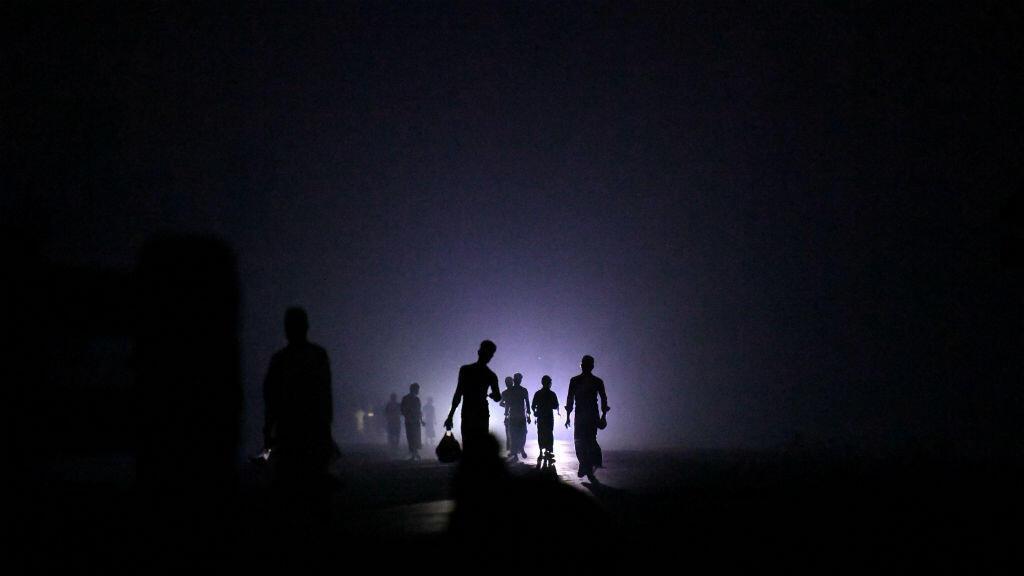 Un grupo de refugiados rohingya la noche del 21 de marzo de 2018 mientras abandonaban la playa de Shamlapur, Bangladesh.