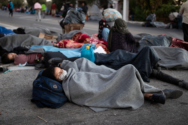 Miles de inmigrantes quedaron a la intemperie, entre ellos cientos de niños, tras los incendios en el campamento Moria, en Lesbos, Grecia, el 10 de septiembre de 2020.