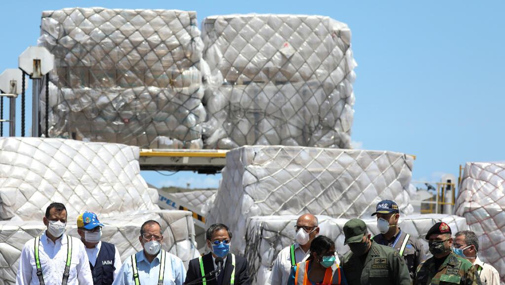 El embajador de China en Venezuela, Li Baorong, presenta el 28 de marzo de 2020 en el aeropuerto de Caracas la ayuda sanitaria que el país asiático le envía al gobierno de Nicolás Maduro para enfrentar el coronavirus.