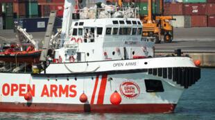 El barco de rescate operado por la organización benéfica ProActiva Open Arms de España llega al puerto de Barcelona con migrantes rescatados de Libia, el 4 de julio de 2018.