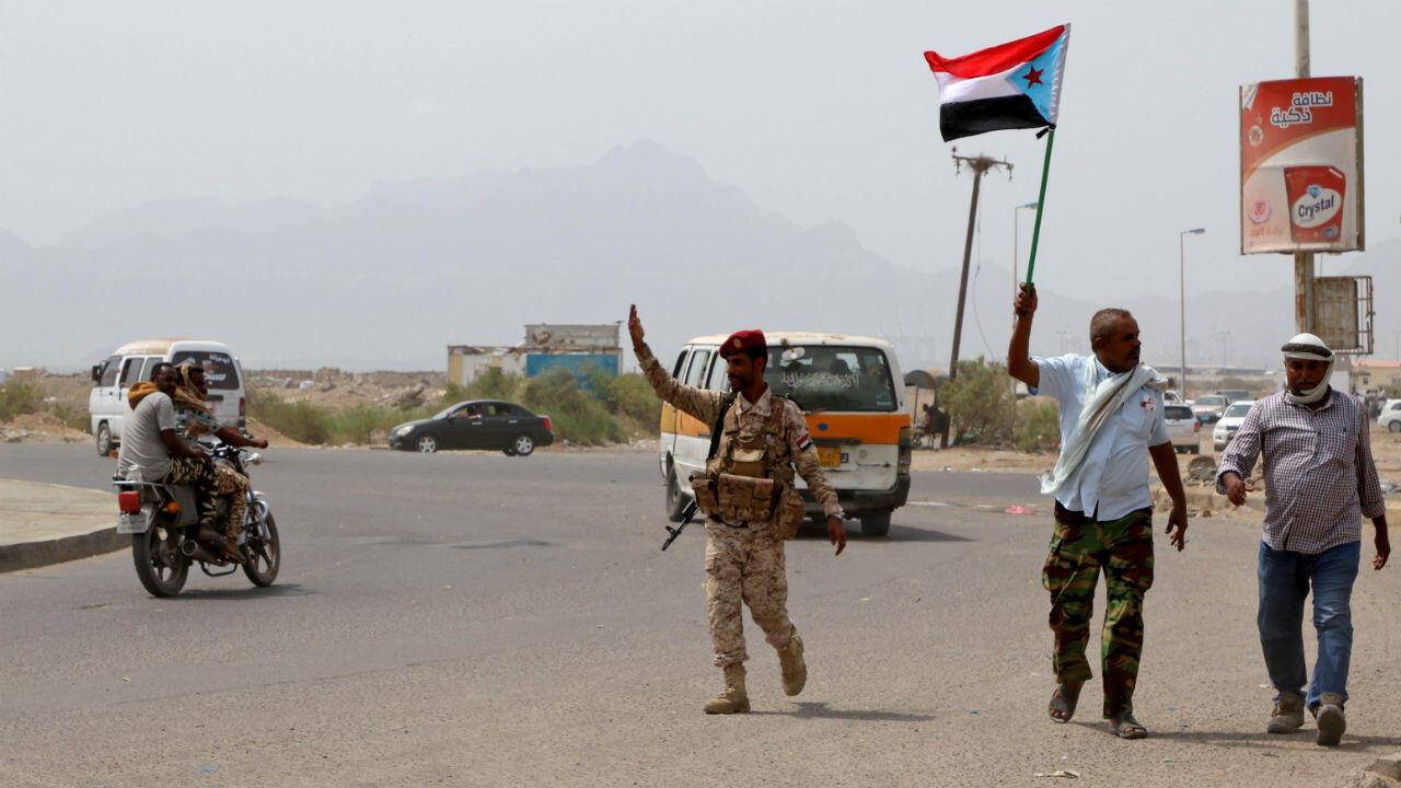 Des combattants séparatistes du Sud patrouillent une route lors d'affrontements avec les forces gouvernementales à Aden, le 29 août 2019.