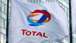El logotipo del gigante petrolero francés Total en una bandera. Foto tomada el 16 de mayo de 2018.