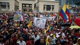 مناصرون للرئيس الكولومبي السابق ألفارو أوريبي خلال تظاهرة ضد حكومة الرئيس خوان مانويل سانتوس في بوغوتا في 1 نيسان/أبريل 2017