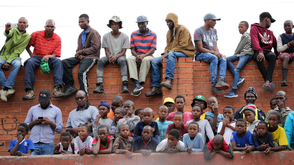 Residentes del municipio de Alexandra escuchan durante un mitin electoral del presidente interino Cyril Ramaphosa. Johannesburgo, Sudáfrica, el 11 de abril de 2019.