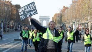 Les Gilets jaunes manifestent sur les Champs-Élysées, à Paris, le 17 novembre 2018.