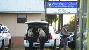 Algunos policías rodean la iglesia baptista de Sutherland Springs, en Texas, donde este domingo se produjo un tiroteo. 11/05/2017