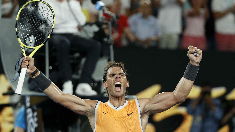 El español Rafael Nadal celebra después de ganar el partido contra el griego Stefanos Tsitsipas, en el Abierto de Australia, el 24 de enero de 2019.