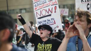 Des manifestants réclament justice pour Stephon Clark dans le centre-ville de Sacramento.