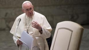 El papa Francisco habla durante una audiencia privada con miembros de la policía italiana, el 28 de septiembre de 2020 en el Vaticano