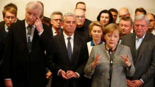 La canciller alemana Angela Merkel e integrantes de su partido la Unión Demócrata Cristiana en declaraciones a los medios de comunicación tras no poder conformar la coalición de gobierno.