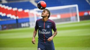نجم كرة القدم البرازيلية نيمار بقميص باريس سان جرمان