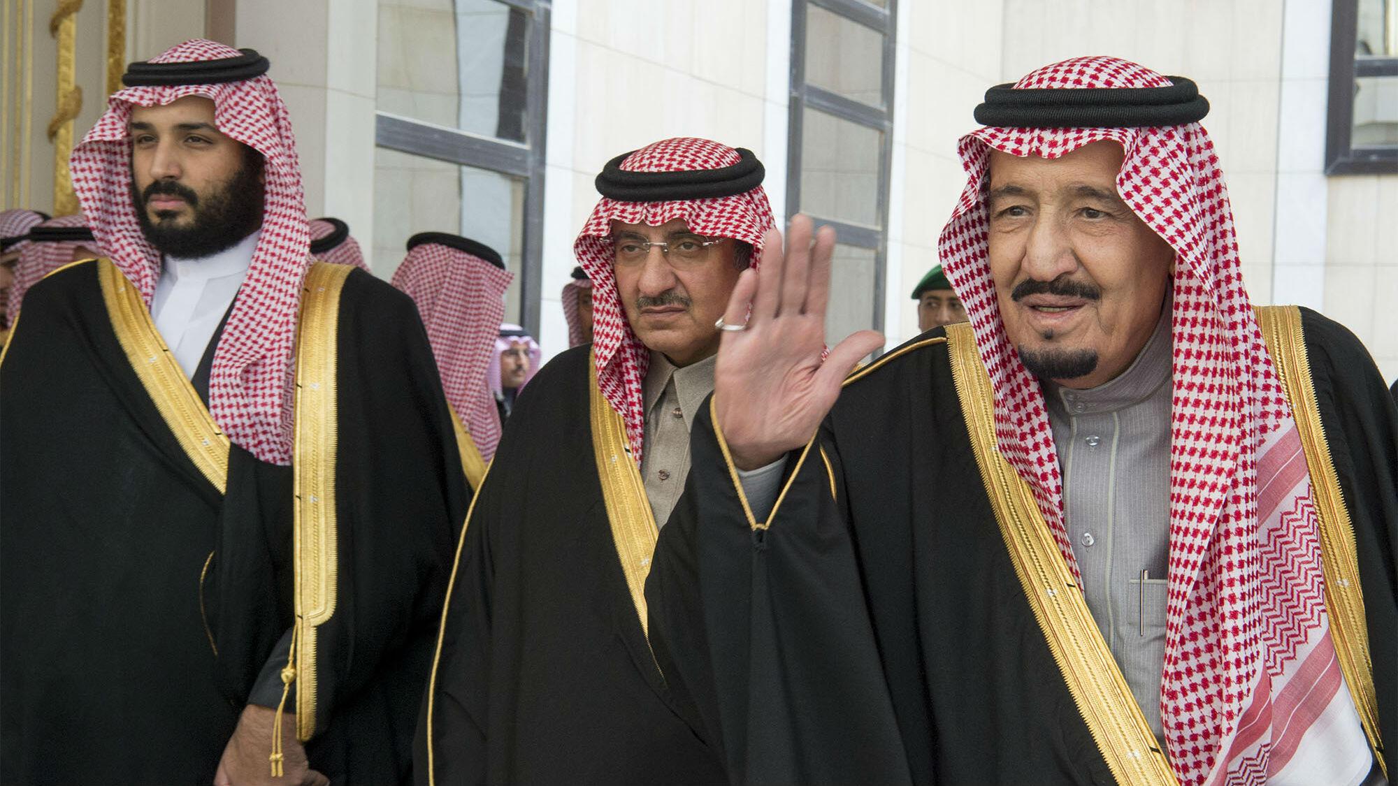 Imagen de archivo. A la izquierda, el príncipe Mohammed bin Salman, en el centro, el príncipe Ahmed bin Abdulaziz, hermano del rey Salman bin Abdulaziz, a la derecha. 14 de diciembre de 2016.