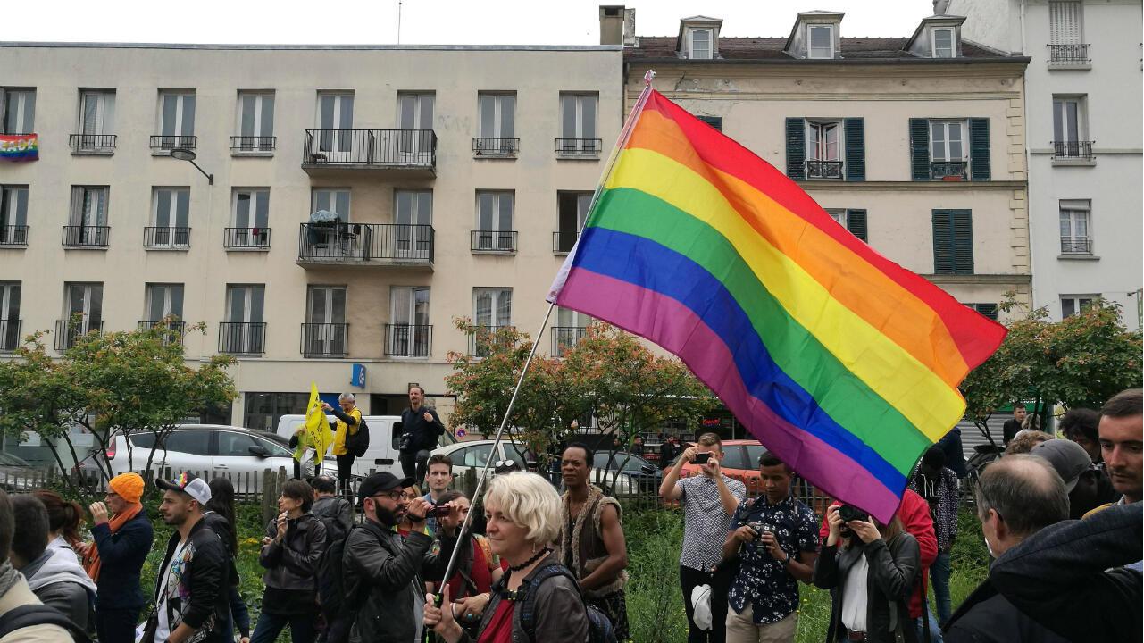 La Première Marche des Fiertés en banlieue parisienne, à Saint-Denis le 9 juin 2019, a été accueillie avec indifférence par les passants, certains s'en amusant.