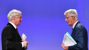 Le Britannique David Davis et le Français Michel Barnier, lors de leur conférence de presse, le 31 août 2017.