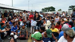 Des migrants honduriens devant le point de passage frontalier avec le Mexique à Ciudad Tecun Uman, au Guatemala, le 19 octobre 2018.