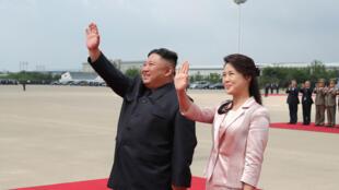 صورة نشرتها وكالة الأنباء المركزية الكورية الشمالية تظهر زعيم البلاد كيم جونغ اون وزوجته ري سول جو يلوّحان للرئيس الصيني شي جينبينغ وزوجته قبل مغادرتهما مطار بيونغ يانغ في 21 حزيران/يوني 2019.