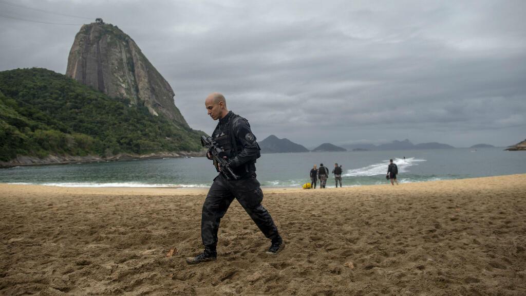 En esta foto de archivo tomada el 8 de junio de 2018, un miembro de la policía militar brasileña, patrulla durante una operación policial en la que persiguió a traficantes de drogas que escapaban de la favela de Babilonia, en Rio de Janeiro, Brasil.