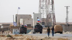 Des drapeaux russes et syriens flottent sur des véhicules militaires près de Manbij, en Syrie, le 15octobre2019.