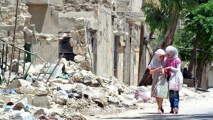 Deux enfants rentrent de l'école à Alep en juin 2013.