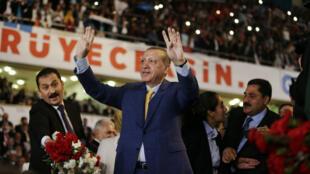 Le président Erdogan acclamé lors de son arrivée au congrès extraordinaire de l'AKP, le 21 mai 2017, à Ankara.