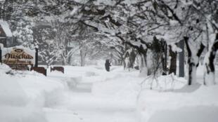 Un residente visto tratando de caminar por la nieve en la calle 10 después de dos días de nevadas récord en Erie, Pensilvania, EE. UU., 27 de diciembre de 2017.