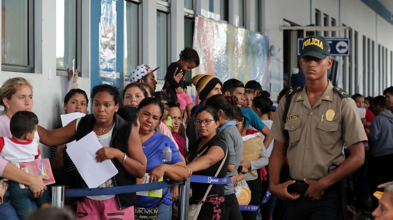 Los venezolanos hacen fila frente a la oficina de inmigración, antes de la fecha límite del 15 de junio para que todos los inmigrantes venezolanos tengan visas y pasaportes válidos, en Tumbes, Perú, el 14 de junio de 2019.