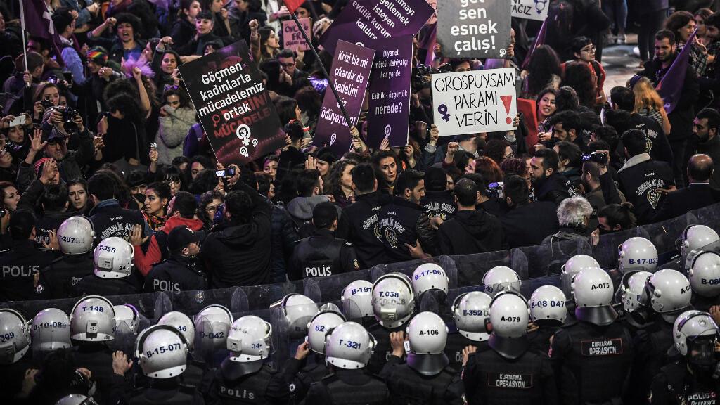 La policía antidisturbios turca bloqueó una manifestación de mujeres en el Día Internacional de la Mujer. Estambul, Turquía, el 8 de marzo de 2019.