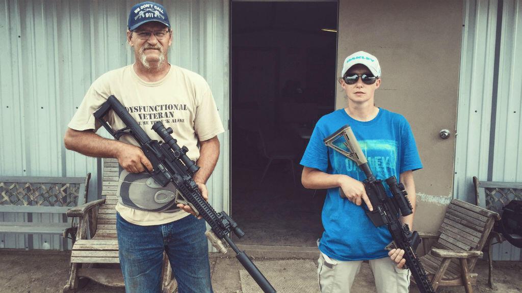 Les propriétaires du stand de tir d'Hicksville, Anamelia Voss et son beau-père J.D. Hicks.