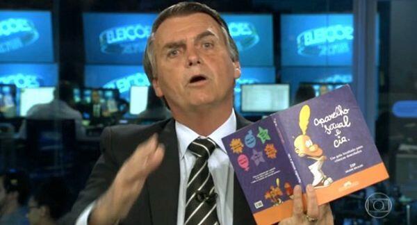 """À la télévision brésilienne, en août, le candidat d'extrême droite a brandi la version portugaise du """"Guide du zizi sexuel"""", illustré par Zep le présentant comme un """"kit gay""""."""