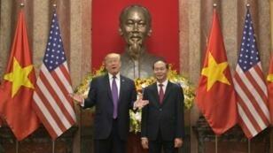 الرئيس الفيتنامي تران داي كوانغ عند استقباله لنظيره الأمريكي دونالد ترامب في 12 تشرين الثاني/نوفمبر 2017