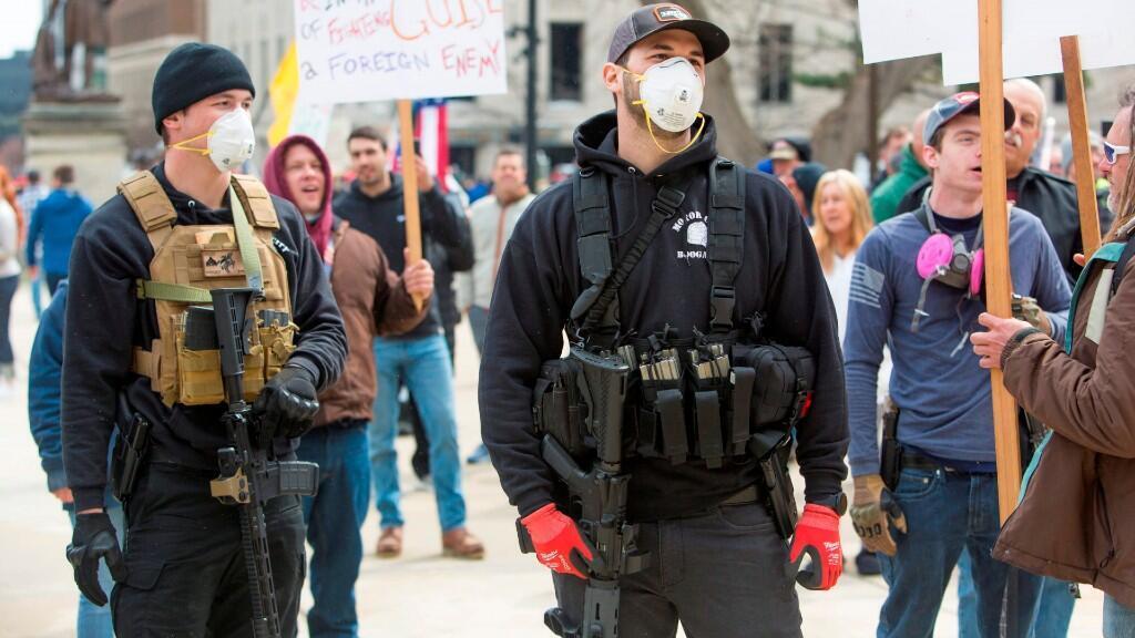 Un grupo de manifestantes armados protesta en Lansing, Michigan, contra la ley de confinamiento del estado. 15 de abril de 2020.