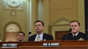 Le directeur du FBI James Comey (G) et le directeur de la NSA, Mike Rogers, lors de leur audition, le 20 mars 2017.