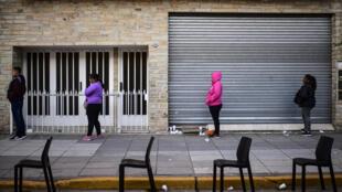 Pensionistas argentinos hacen fila para cobrar en un banco en la provincia de Buenos Aires, el 4 de abril de 2020