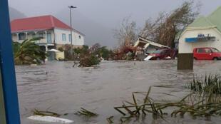 جانب من الدمار الذي خلفه الإعصار إيرما في جزيرتي سان مارتان وسان بارتيليمي