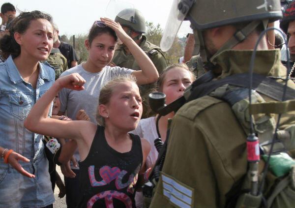 La fillette lève un poing rageur devant un soldat israélien, le 2 novembre 2012, à Nabi Saleh.