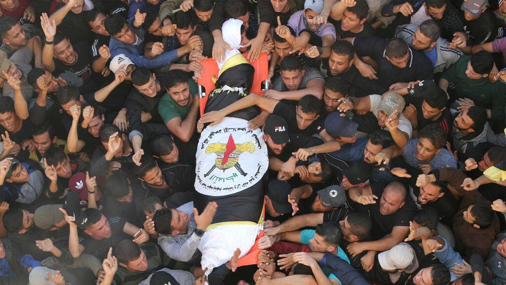 Residentes de la ciudad de Gaza llevan el cuerpo de Baha Abu al Ata, antes de ser enterrado.