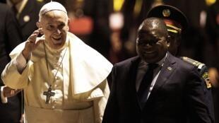 Le pape François a été reçu à son arrivée à Maputo par le président du Mozambique Filipe Nyusi, mercredi 4 septembre 2019.