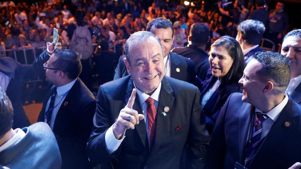 Alejandro Giammattei, candidato presidencial por el partido Vamos celebra con sus seguidores en su lugar de campaña en Ciudad de Guatemala, Guatemala, el 11 de agosto de 2019.