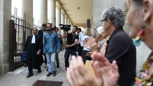 Cédric Herrou a été applaudi par des symathisants à la sortie du tribunal mardi 8 août.