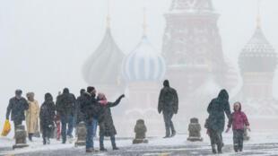 Ciudadanos caminando bajo la nieve en la Plaza Roja, frente a la catedral de San Basilio en el centro de la capital rusa. 26/01/2019 Moscú, Rusia