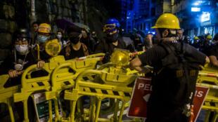 Des manifestants installent des barricades à Hong Kong le 4 aout 2019.